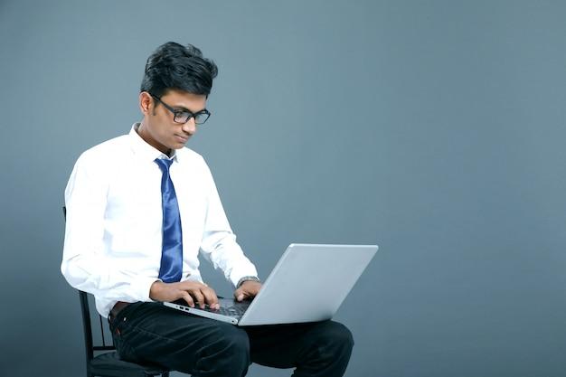 Giovane uomo d'affari indiano
