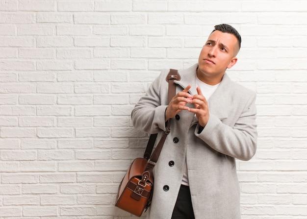 Giovane uomo d'affari latino escogitare un piano