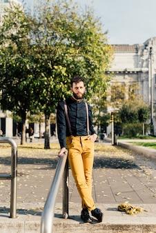 Giovane uomo d'affari moderno caucasico dei bei capelli neri