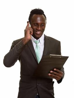 Giovane uomo d'affari nero africano felice