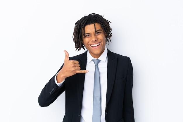 Giovane uomo d'affari sopra la parete isolata