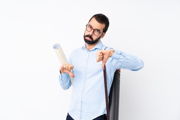 Giovane uomo dell'architetto con la barba che mostra pollice giù