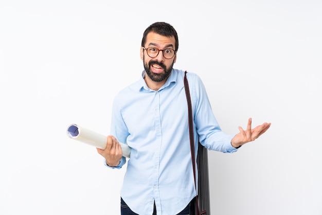 Giovane uomo dell'architetto con la barba sopra gesto di fabbricazione isolato di dubbi