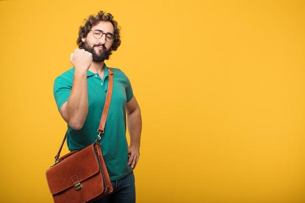 Giovane uomo delle free lance che rappresenta un concetto contro l'arancia isolata