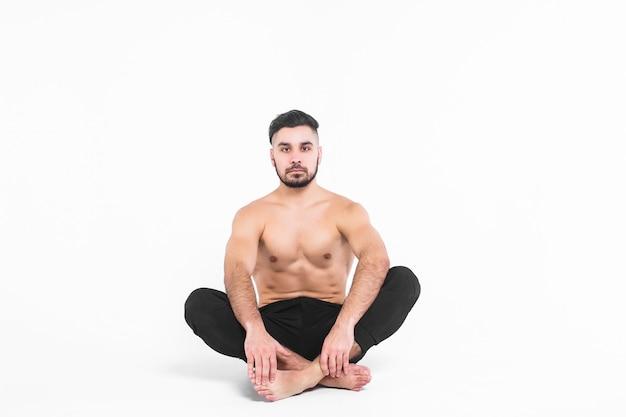 Giovane, uomo di balletto seduto fuori sul loto
