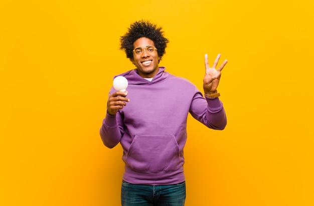 Giovane uomo di colore con una lampadina