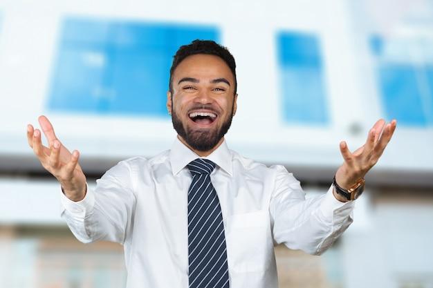 Giovane uomo di colore freddo felice che celebra, segno giusto