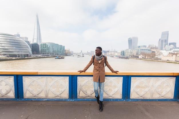 Giovane uomo di colore sul tower bridge di londra