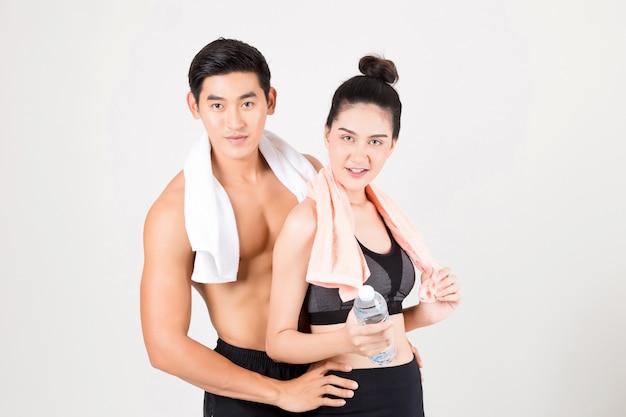 Giovane uomo di forma fisica e la sua ragazza in tempo di allenamento