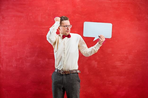 Giovane uomo divertente con il segno in bianco vuoto