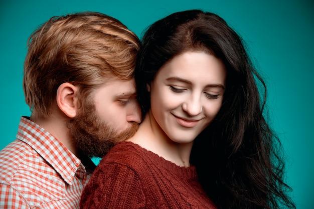 Giovane uomo e donna baci