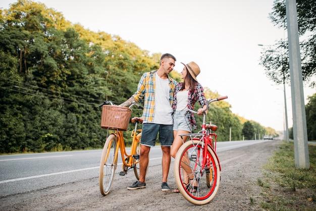 Giovane uomo e donna con bici retrò