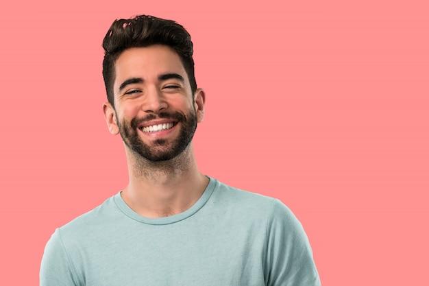 Giovane uomo felice e sorridente