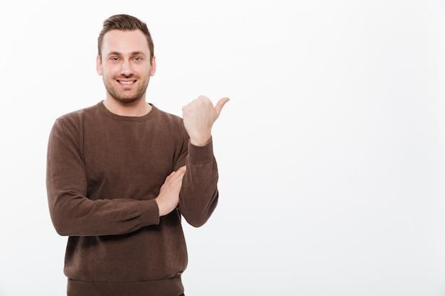 Giovane uomo felice in piedi isolato