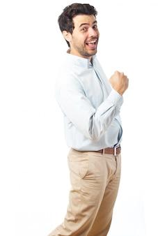 Giovane uomo felice vincitore su uno sfondo bianco