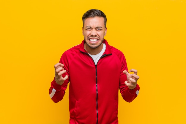 Giovane uomo filippino fitness urlando di rabbia.