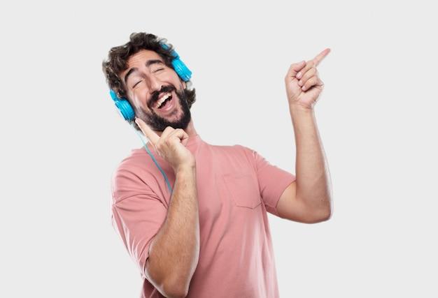 Giovane uomo freddo che esprime con le cuffie