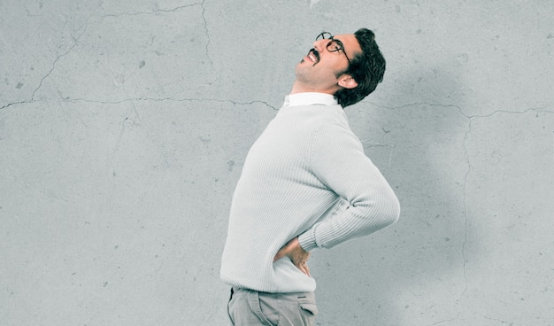 Giovane uomo freddo contro il muro di cemento