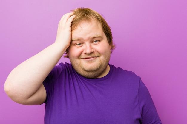 Giovane uomo grasso rosso autentico essere scioccato, ha ricordato un incontro importante.