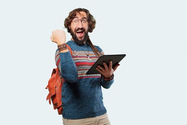 Giovane uomo hippie con un tablet