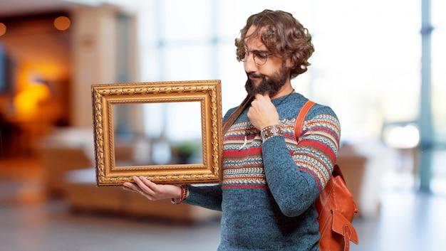 Giovane uomo hippie con una cornice barocca