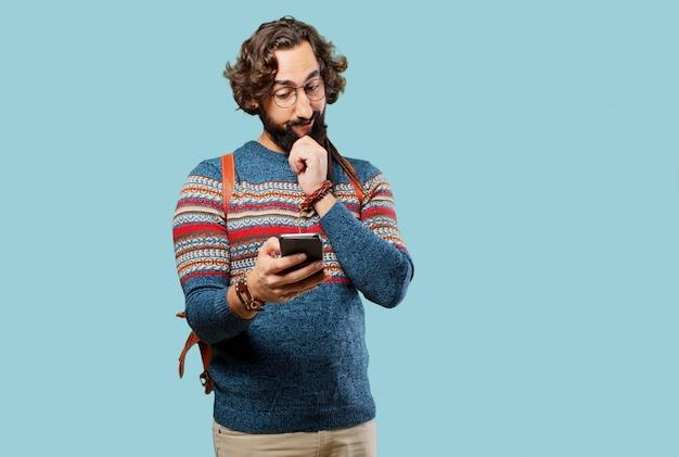 Giovane uomo hippie con uno smart phone
