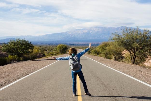 Giovane uomo in piedi sull'autostrada