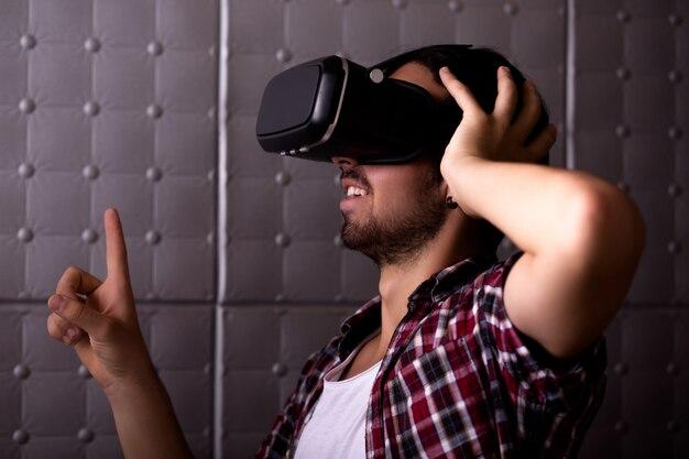 Giovane uomo in realtà virtuale glassess.