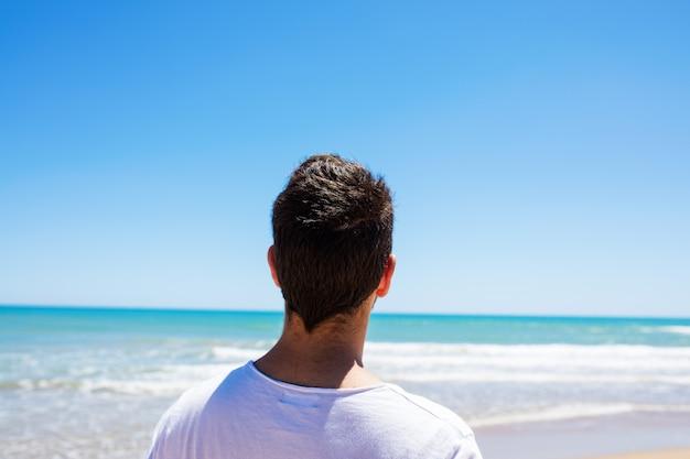 Giovane uomo in spiaggia