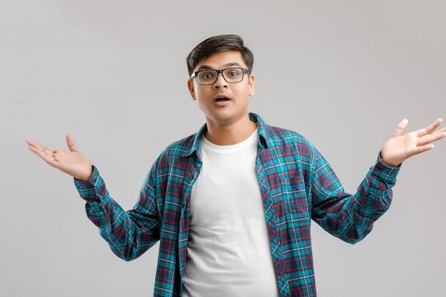 Giovane uomo indiano / asiatico con un'espressione sorpresa