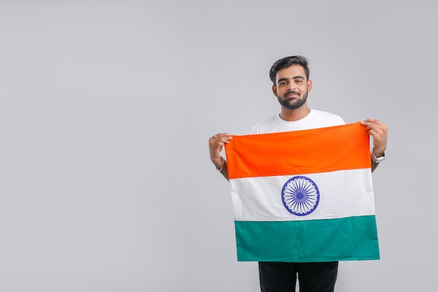 Giovane uomo indiano con bandiera indiana