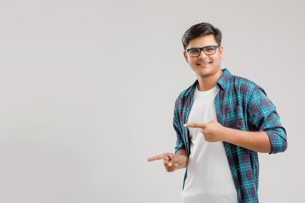 Giovane uomo indiano felice sopra fondo bianco