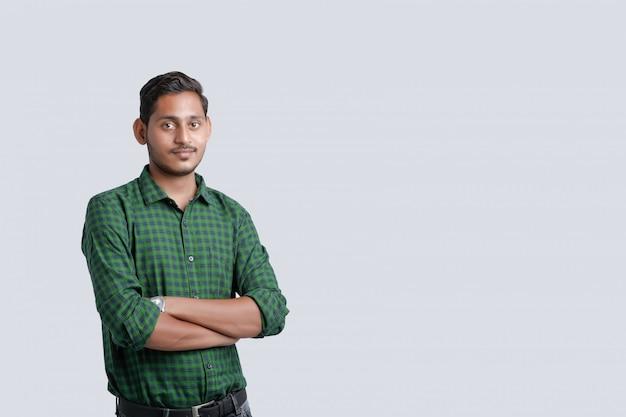 Giovane uomo indiano in piedi sopra bianco