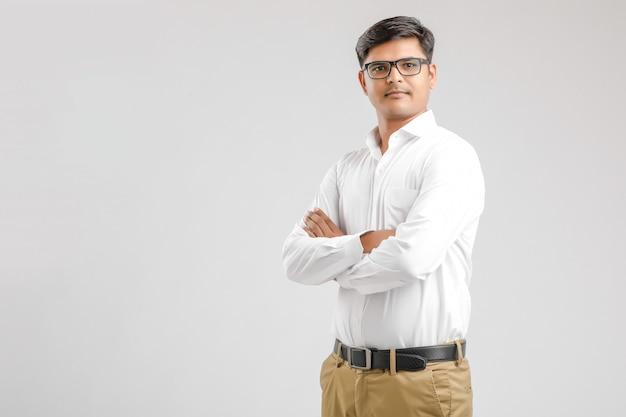 Giovane uomo indiano in piedi