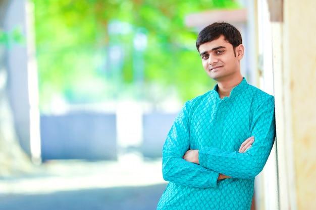 Giovane uomo indiano su abiti tradizionali