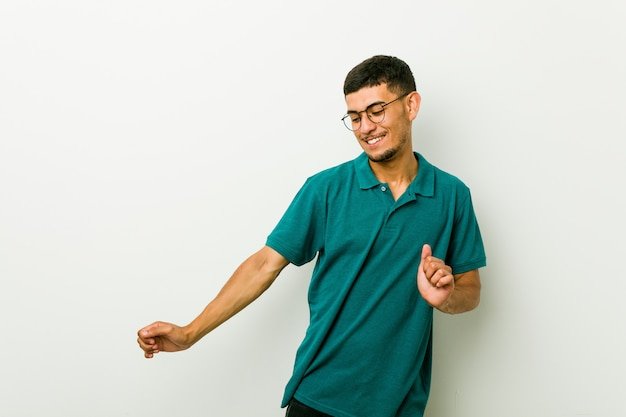 Giovane uomo ispanico ballare e divertirsi.