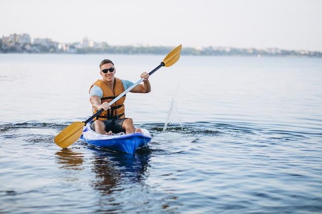 Giovane uomo kayak sul fiume