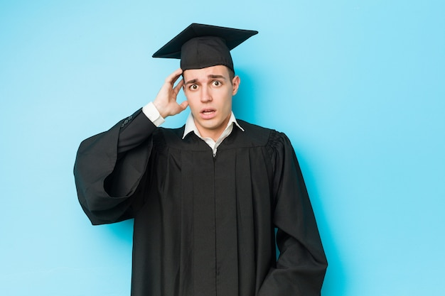 Giovane uomo laureato caucasico, scioccato, ha ricordato un incontro importante.