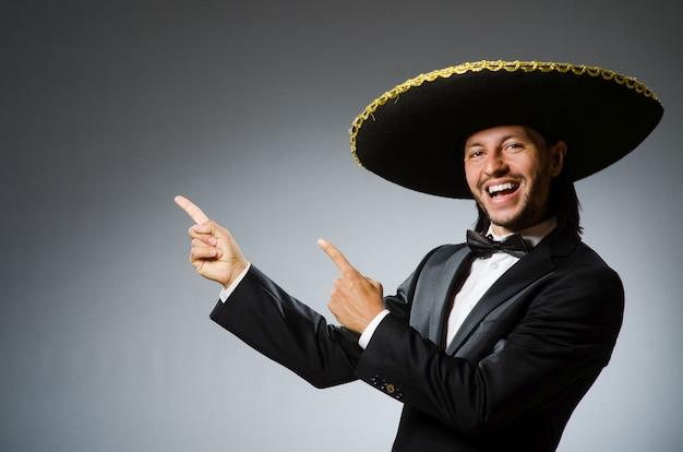 Giovane uomo messicano che indossa sombrero