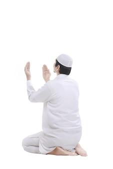 Giovane uomo musulmano pregando