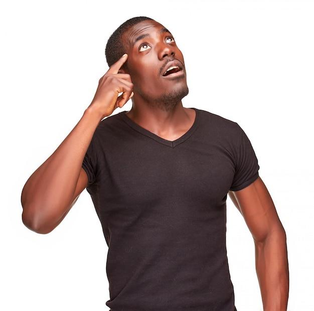 Giovane uomo nero africano che pensa e che ricorda qualcosa