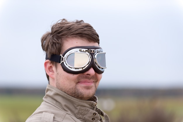 Giovane, uomo, occhiali, aviatore, steampunk