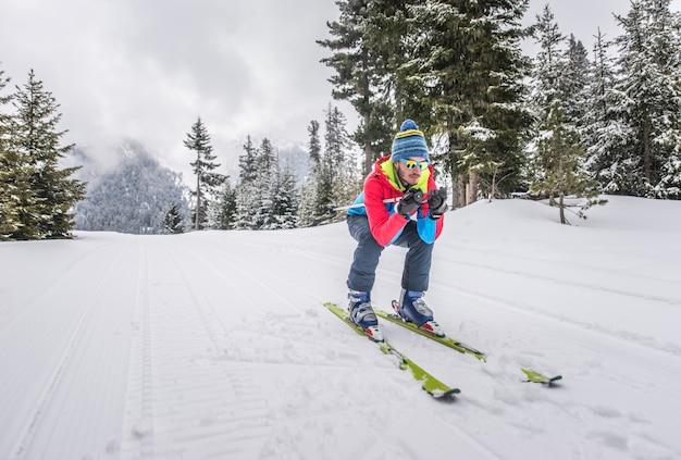Giovane uomo sciare sulle montagne fuori pista
