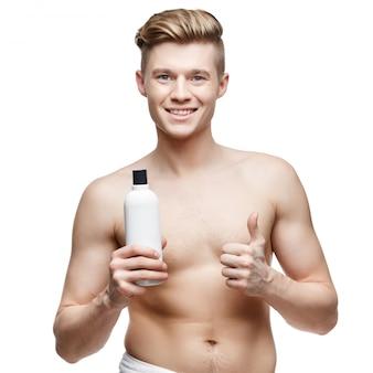 Giovane uomo senza camicia isolato su bianco