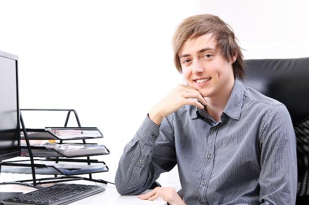 Giovane uomo sorridente in ufficio