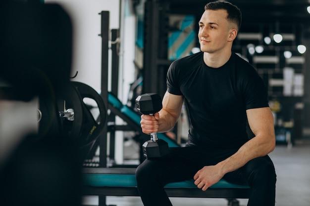 Giovane uomo sportivo allenamento in palestra