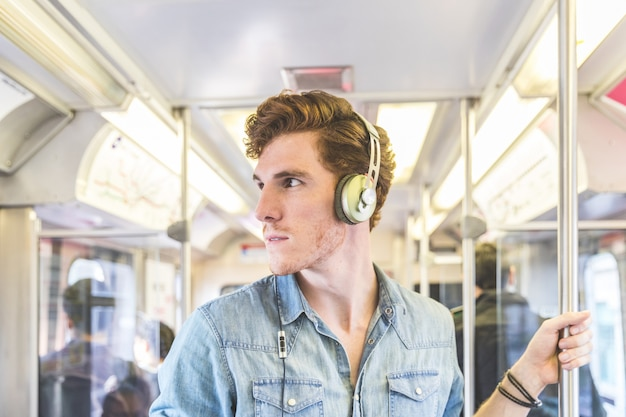 Giovane uomo sul treno a chicago