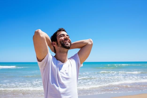 Giovane uomo sulla spiaggia