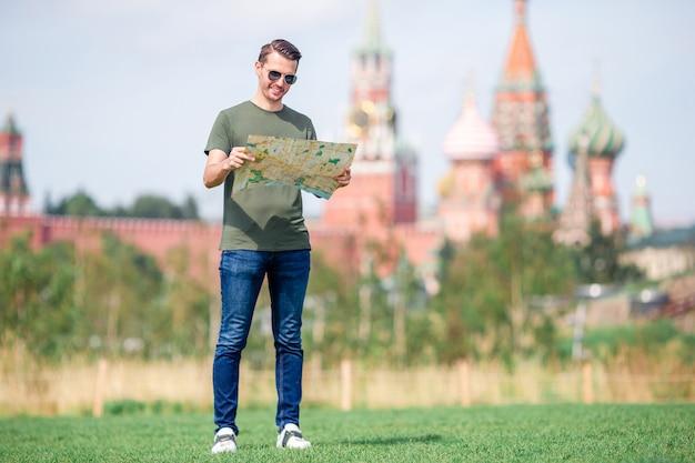 Giovane uomo urbano felice in città europea.