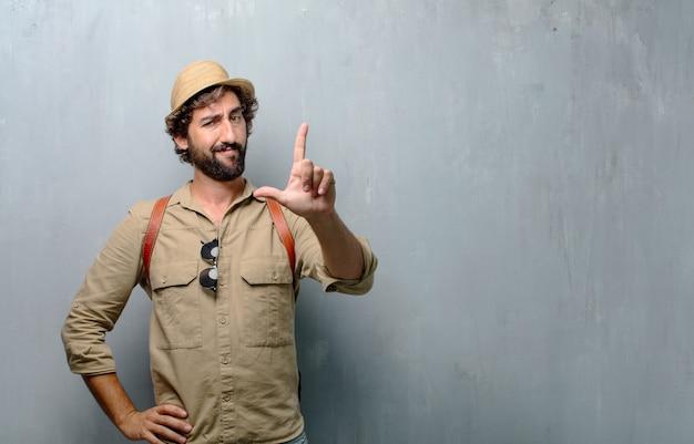 Giovane uomo viaggiatore o gesticolare turista